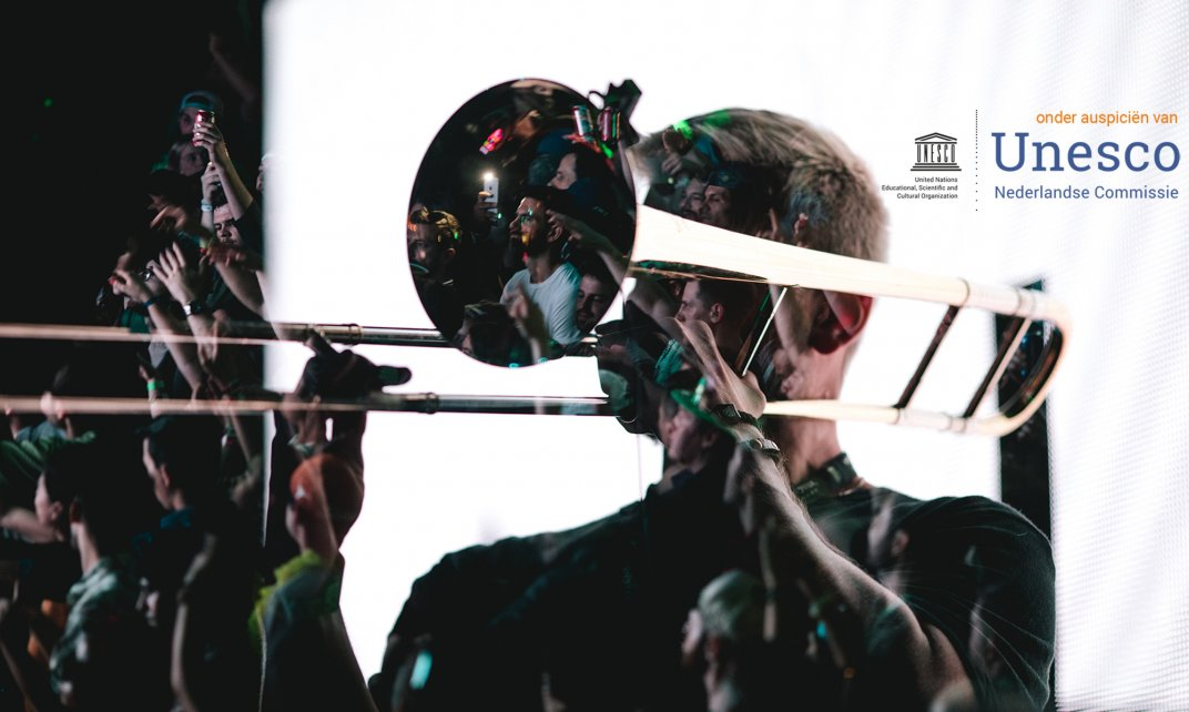 Man speelt trombone. (Foto: unsplash.com | Ryan Loughlin)