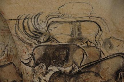 Een grotschildering van neushoorns in de grot van Pont d'Arc.
