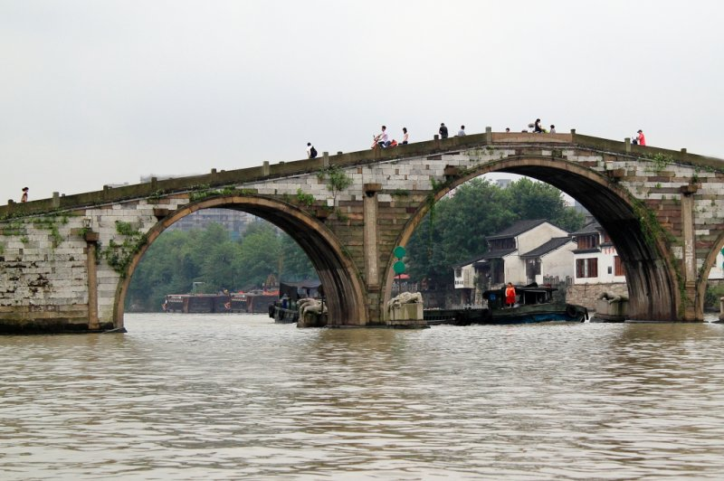 A big boat goes through the arche of a historical bridge.. (Foto: CC/Flickr.com | vision chen)