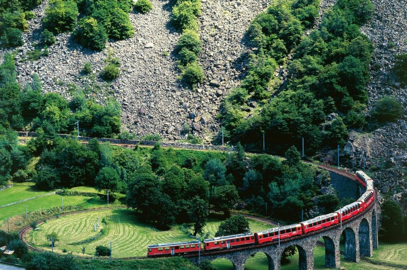 Bernina Express on the Brusio spiral viaduct. (Foto: CC/Flickr.com | )