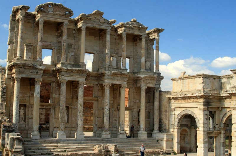 Library of Celsus next to the entrance to the agora, Ephesus, Turkey. (Foto: CC/Flickr.com | Frank Kovalchek)