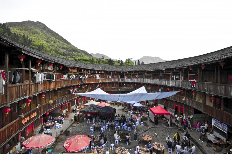 Tulou and the life surrounding it. (Foto: CC/Flickr.com | Squashimono)